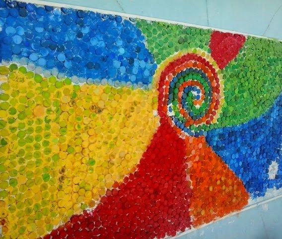 mural con tapitas de gaseosa